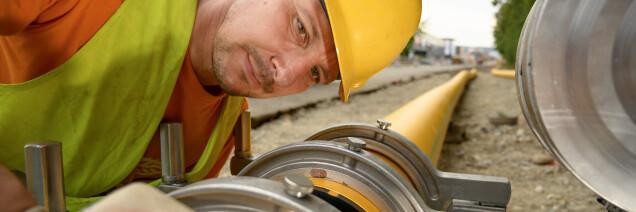 Ein Rohrnetzmonteur verschweisst eine Gasleitung.