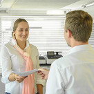 Unsere Kundendienst-Mitarbeitende im Gespräch mit einem Kunden.