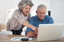 Eine Kundin und ein Kunde informieren sich online.