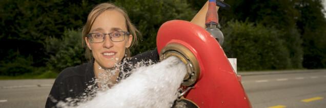 Mitarbeiterin am Wasserhydrant