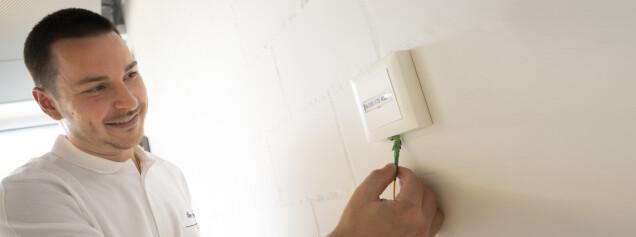 Mitarbeiterin überreicht Blatt Papier