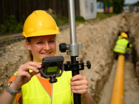 Eine Baustelle wird nach dem Verlegen der Gasleitung neu vermessen.